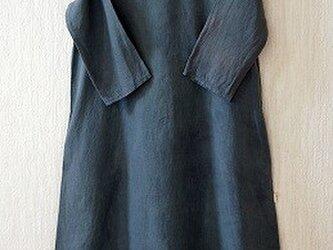 フレンチリネンのAラインワンピース ログウッドと藍の紺染めの画像