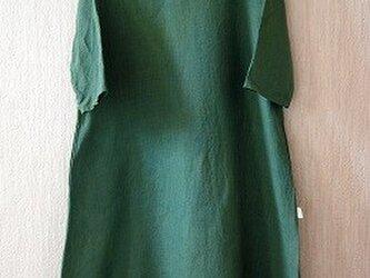 フレンチリネンのAラインワンピース エンジュと藍の緑染めの画像