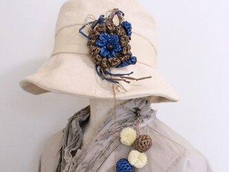 帽子が風で飛ばされないように。帽子のアクセサリーの様なコサージュとハットクリップ一体型【PL1235-Blue】の画像