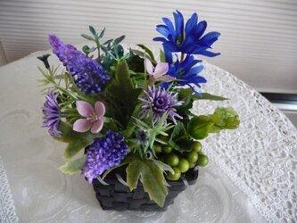 完売 ブルーとパープルの花かごの画像