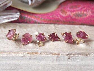 原石のピンクトルマリンとダイヤモンドクォーツのピアスの画像