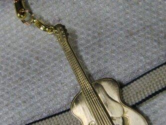 真鍮製 ギター型根付ストラップ 着物の帯飾りにの画像