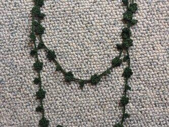 夏糸のラリエット 葉と小花 緑の画像