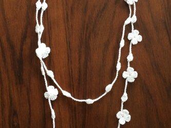 夏糸のラリエット  花と玉 白の画像