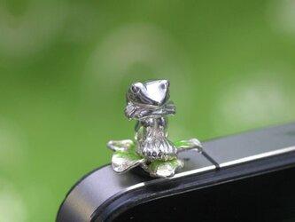 膝を抱えたカエルのイヤホンジャックアクセサリー(花)の画像