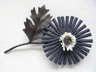 デニムの斜茎マーガレットブローチ(濃紺)の画像
