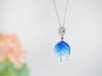 グラデーション葉っぱのネックレス 青の画像