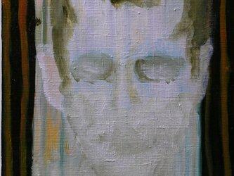 カーテンの前に立つ男の残像の画像