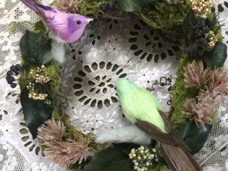 森の中でさえずるような小鳥のリースの画像