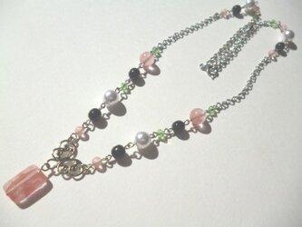 チェリークオーツ・カットガラス・パールのネックレスの画像