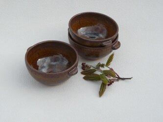 オーブンに入れられるスープ皿の画像