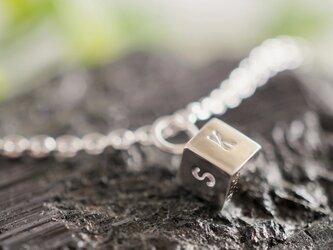 [silver]イニシャルキューブネックレスの画像