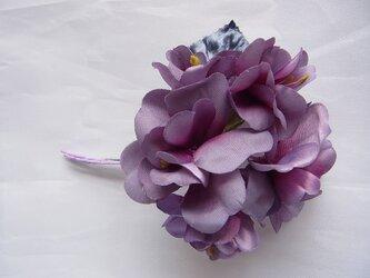 八重のアジサイ風コサージュ(紫濃淡)の画像