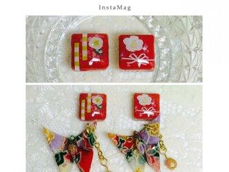 白椿柄赤タイルと蝶々の和ピアスの画像