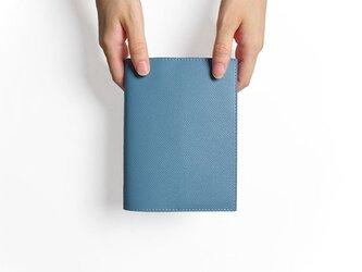 - 文庫本 - ドイツ製牛革のブックカバー - ライトブルー - :カレン クオイルの画像