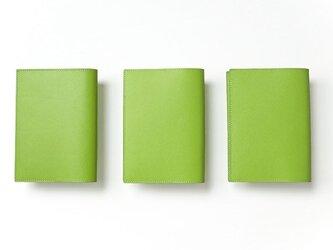 - 文庫本 - ドイツ製牛革のブックカバー - ライトグリーン - :カレン クオイルの画像