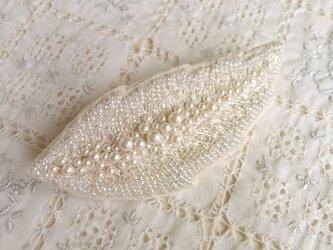 軽やかな 白い羽根のブローチの画像