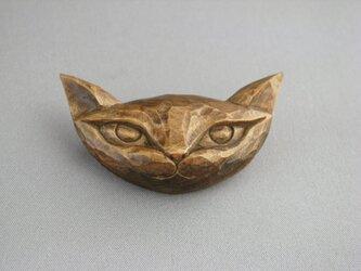 木彫り 絵本から飛び出してきた猫ブローチの画像