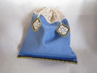 デニム地に白方眼編みのふち編み巾着の画像