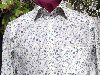 素敵なブルー小花模様メンズシャツM寸とL寸送料無料の画像