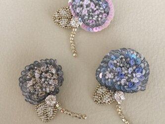 花の刺繍ブローチ(あじさい)の画像