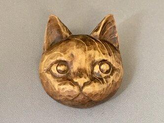木彫り よそ見してる猫ブローチの画像