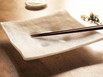 純白ガラスの大皿 -「 KAZEの肌 」● 絹目調・23cmの画像
