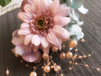 ガーベラのピンクなコサージュ【造花】入・卒業式の画像