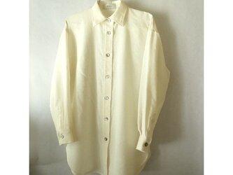 手織り木綿使用・着丈81cmと長いシャツ・茶蝶貝の画像