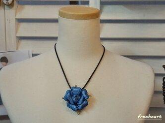 蒼い薔薇のネックレスの画像