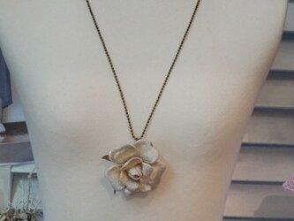 ホワイトローズのネックレスの画像