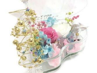 【プリザーブドフラワー/グランドピアノリングピロー】ピンクと白の薔薇が寄り添うように聴いているエンジェルの優しいメロディの画像