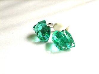 硝子の結晶 青緑色イヤリングの画像