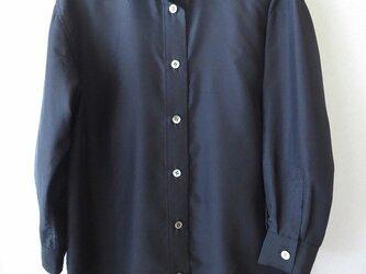 濃紺のシルクシャツの画像
