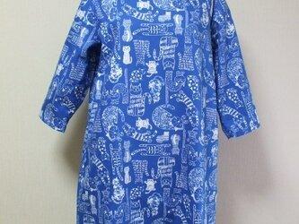 ねこ柄プリントラウンドネック7分丈袖ワンピース 両脇ポケット付き 3Lサイズ 青色 受注生産の画像