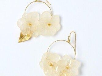 紫陽花とリーフパーツのフープピアス*ホワイト*の画像