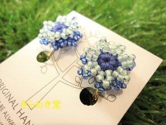 ビーズのお花イヤリング(ブルー・ライトブルー)の画像