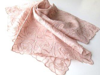 草木染刺繍ハンカチ 薔薇(サーモンピンク)の画像