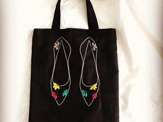 ボタンお花の靴バッグの画像