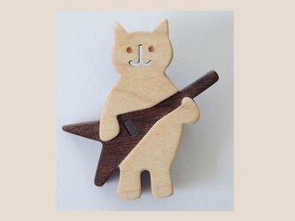 ブローチ ネコとギターの画像