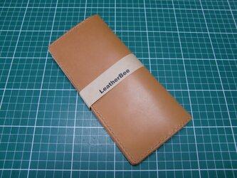 シンプルな本革サドルレザーの長財布(茶x生成)の画像