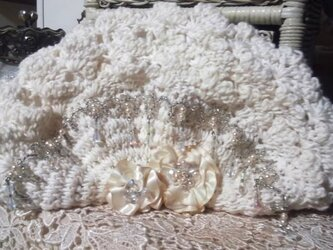 お花とビーズの手編みのポーチの画像