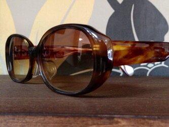 クラシックなサングラス(メガネフレーム)の画像