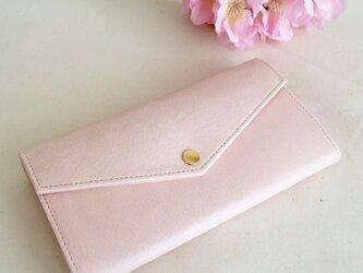 淡いピンクの長財布の画像