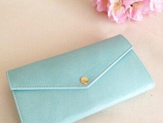 淡い青色の長財布の画像