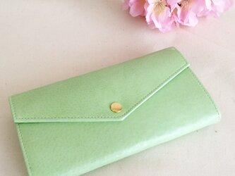 淡い緑色の長財布の画像