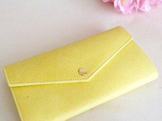 淡い黄色の長財布の画像