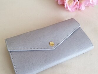淡いグレーの長財布の画像