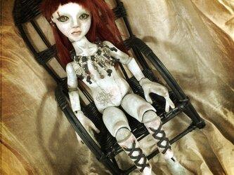 編み上げ足の球体関節少女・籐椅子付きの画像
