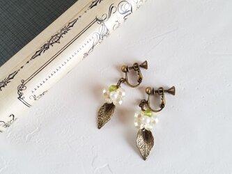 紫陽花のイヤリングorピアス(白)の画像